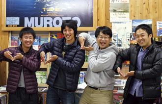 左から、1か月室戸で商品づくりを学んだ森田曜光さん、蜂谷潤さん、柴田伊廣さん、商品助っ人・友廣祐一さん