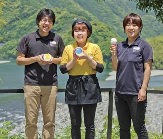 左から中村達雄さん、別役美佳さん、畠中清加さん。     スタッフは現在30人で、20〜60代まで幅広い。